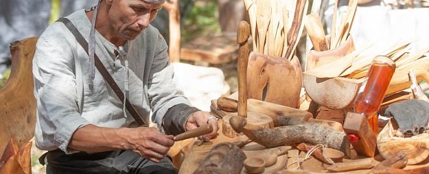 Kocēnu novada pašvaldība par teju 14 000 eiro iegādājusies tirdzniecības nojumes amatniekiem
