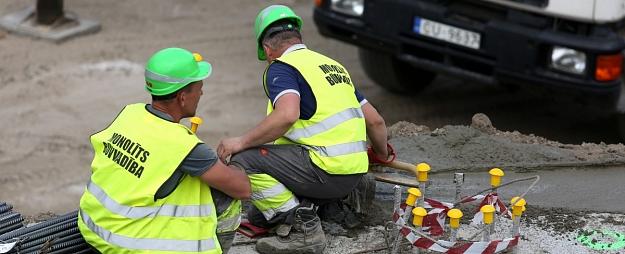 Atklāj defektus pirms diviem gadiem par 1,6 miljoniem eiro pārbūvētajā Mālkalnes prospektā Ogrē
