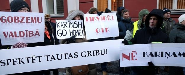 Ap 100 cilvēku protestā pie Saeimas pieprasa neapstiprināt Kariņa veidoto valdību