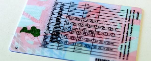 Atsakās no prasības ņemt līdzi autovadītāja apliecību, ja klāt būs personu apliecinošs dokuments