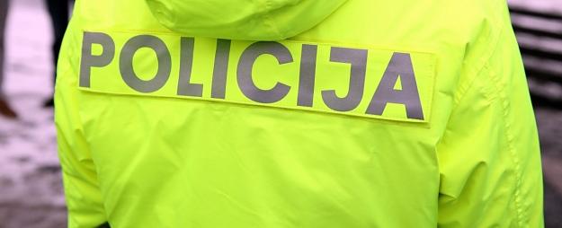 Aizdomās par vīrieša nosišanu un izmešanu pa logu Juglā aiztur trīs personas
