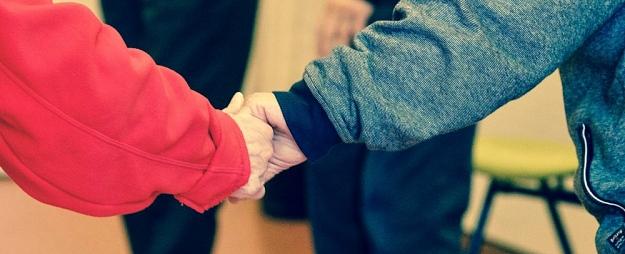 Labdarība, neziedojot naudu: Kā palīdzēt citiem?