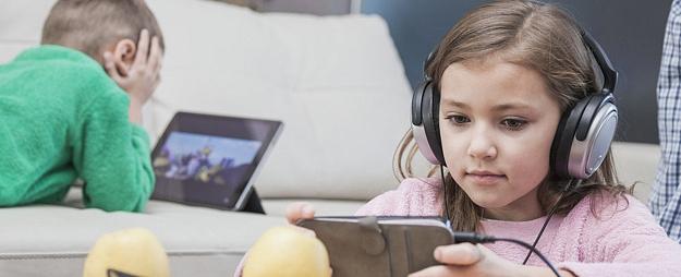 Kāparūpēties par veselīgu bērna digitālo dzīvi un laicīgi atpazīt riska signālus? Stāsta eksperts