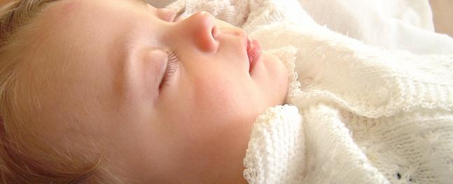 Zīdainis gūst smadzeņu satricinājumu, izkrītot no gultiņas