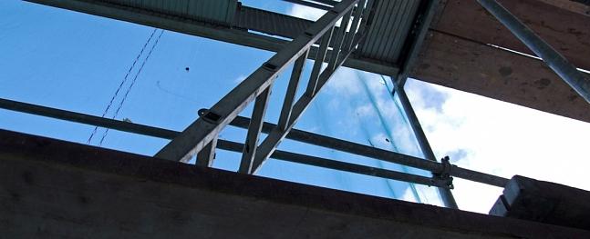 Vidzemē vīrietis gūst traumas, krītot no vairākus metrus augstām stalažām