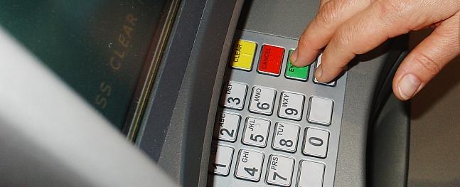 Raunā sievietei nolaupīta bankas karte un nelikumīgi izņemta nauda