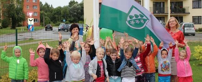 Pie Siguldas novada pašvaldības izglītības iestādēm ik dienas plīvos novada karogs