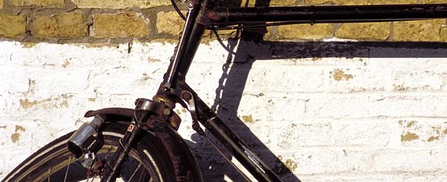 Valmierā velosipēdists izraisa sadursmi; pamet notikuma vietu