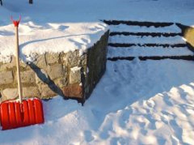 Ieroči uzbrukumā sniega kupenām: kādu tīrāmo līdzekli izvēlēties?