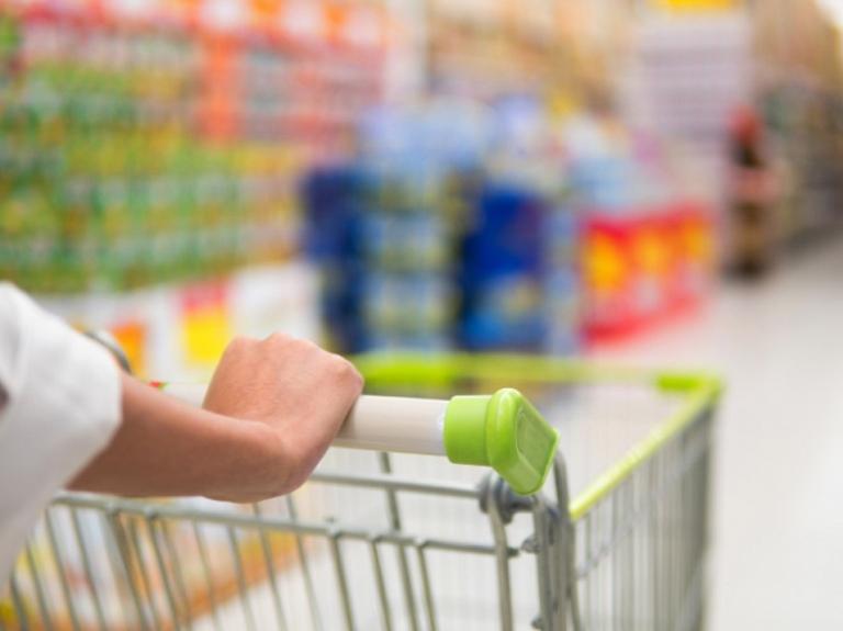 Tirdzniecības centri: Pirmās nepieciešamības precēm jābūt pieejamām visiem pircējiem