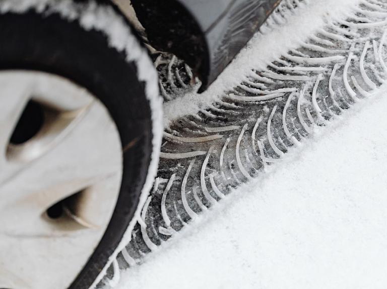 Laiks meklēt automašīnai ziemas riepas: īsumā par būtisko