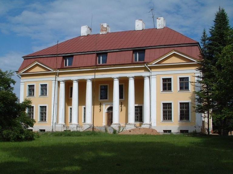 Bukas muižas kungu nams – skaistā neoklasicisma ēka, kas gaida savu atdzimšanu