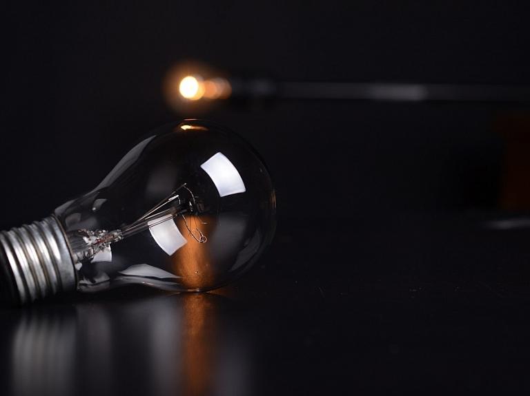 Kā uzņēmumā samazināt elektroenerģijas patēriņu un elektrības rēķinus