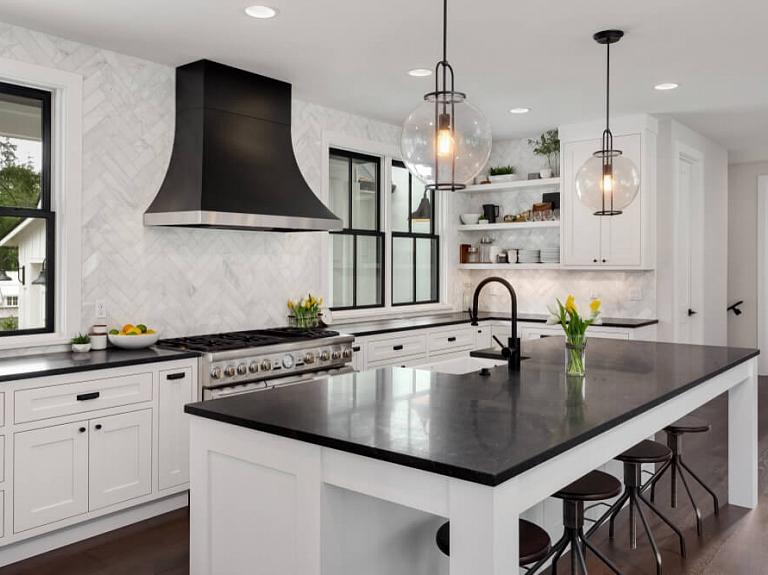 Kā skaisti un praktiski iekārtot virtuvi, lieki nepārtērējoties?