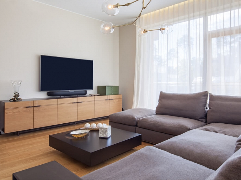 Kā izvēlēties viesistabai piemērotu televizoru
