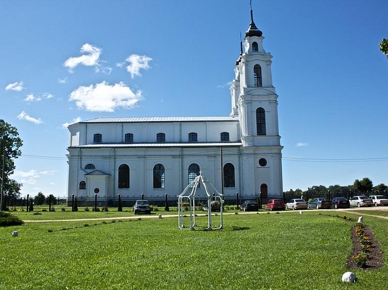 Atjaunotā baltā Ludzas Jaunavas Marijas debesīs uzņemšanas baznīca
