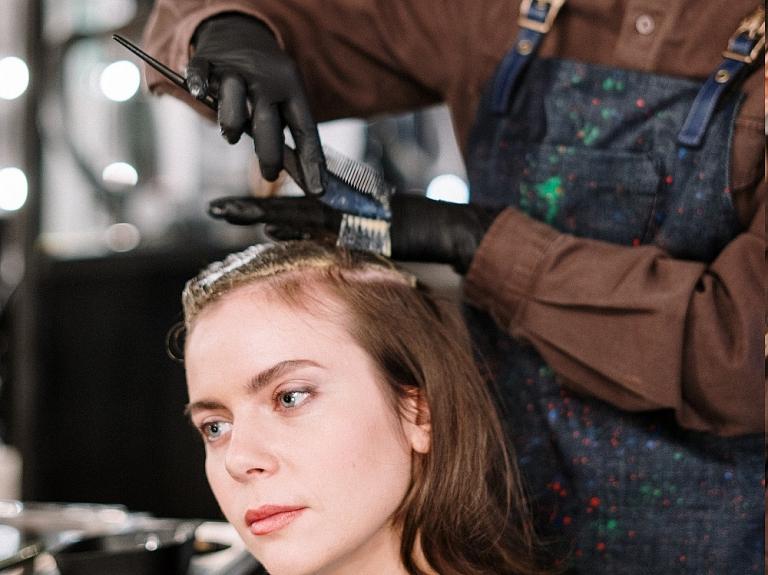 Kā droši un pareizi nokrāsot matus mājās
