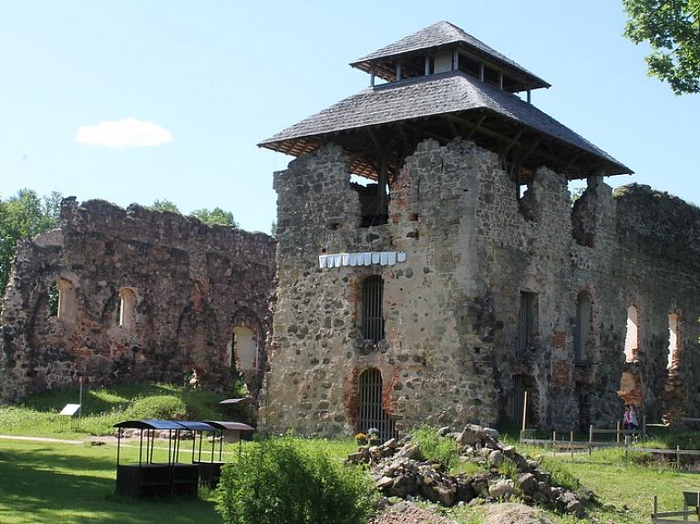Senās viduslaiku pilsētas šarms – Raunas viduslaiku pilsdrupas un skatu tornis