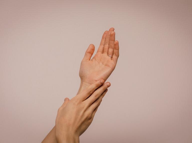 Kā mājās rūpēties par roku ādu