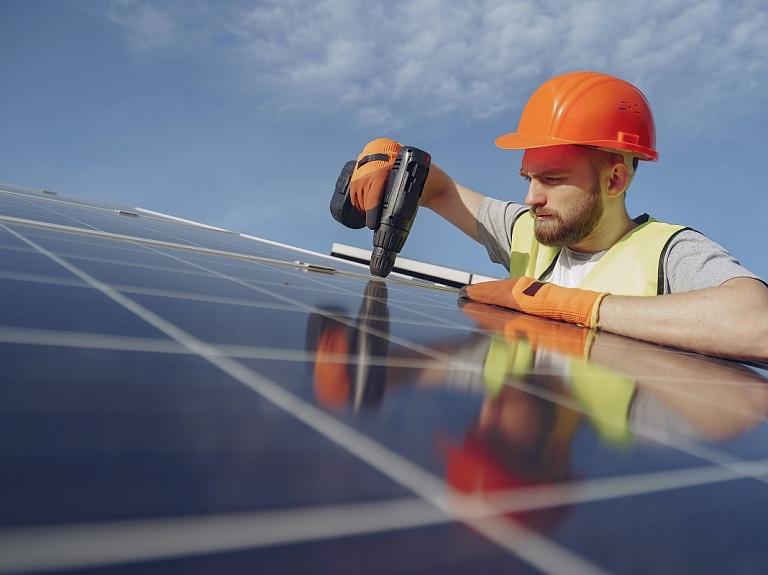 Saules paneļi elektrības iegūšanai – uzstādiet arī savā uzņēmumā