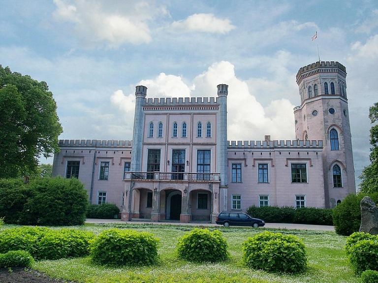 Vecauces pils – viena no pirmajām angļu neogotikas stila ēkām Latvijā