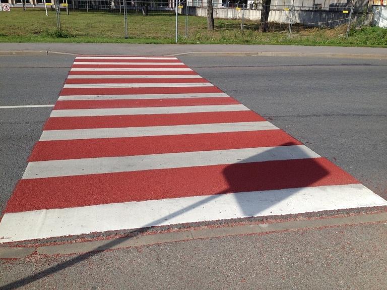 Praktisks, funkcionāls un pamanāms pretslīdes pārklājums bīstamiem ceļu satiksmes mezgliem