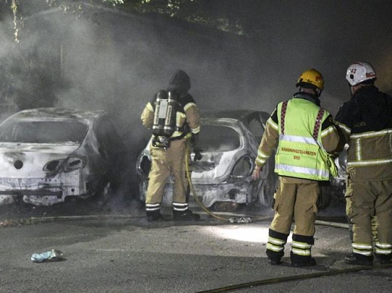 Vairākas naktis pēc kārtas gan Zviedrijā, gan Dānijā notikusi masveida automašīnu dedzināšana.