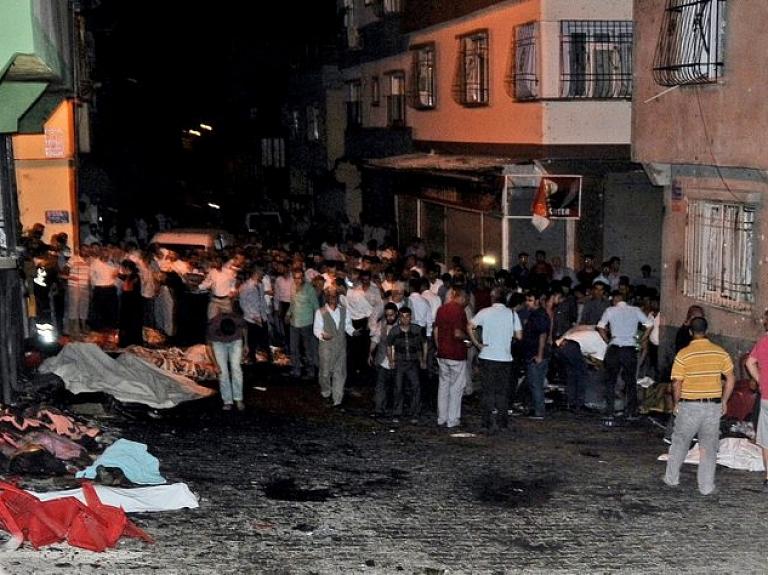 Sprādzienā kāzu svinībās Gaziantepas pilsētā Turcijas dienvidaustrumos gājuši bojā vismaz 50 cilvēki un vēl vairāki desmiti ievainoti.