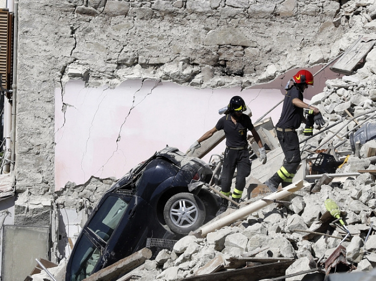 Itālijas vidienē Umbrijas reģionā notika 6,2 magnitūdas stipra zemestrīce, kurā gājuši bojā vismaz 120 cilvēki.