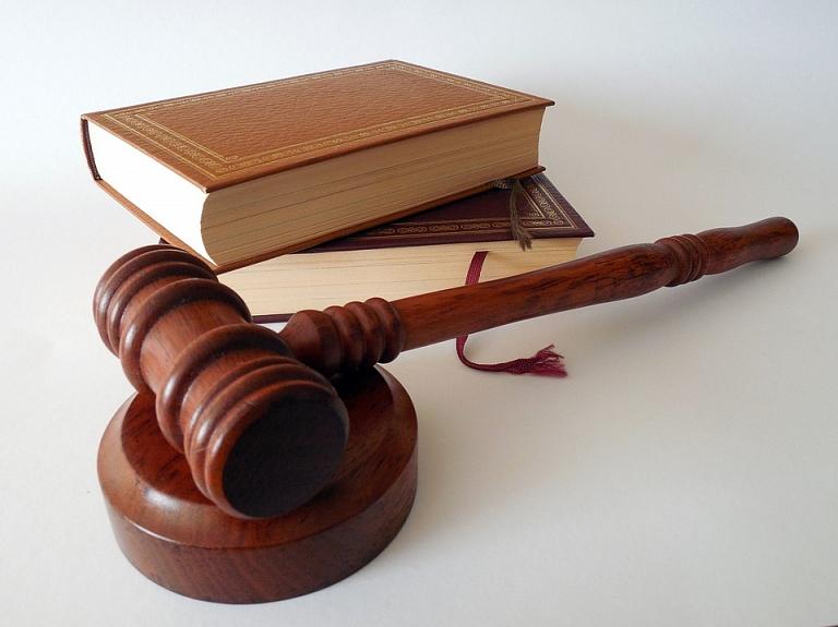 Latvijas Izglītības un zinātnes darbinieku arodbiedrība meklēs pedagogu, kurš būtu gatavs vērsties Satversmes tiesā  par kārtību, kādā tiek iegūtas tiesības uz kvalitātes pakāpēm.