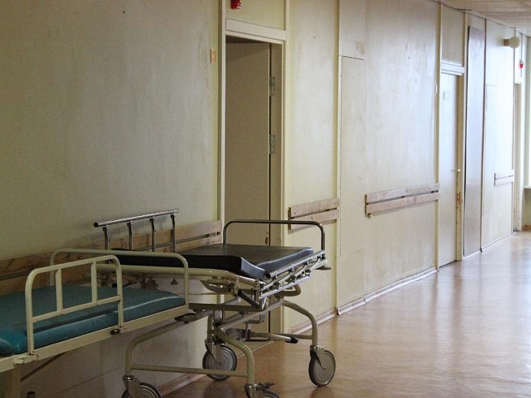 Ķirurgi un Dzemdību nama speciālisti vērsušies ST, apstrīdot normas par normālo pagarināto darba laiku