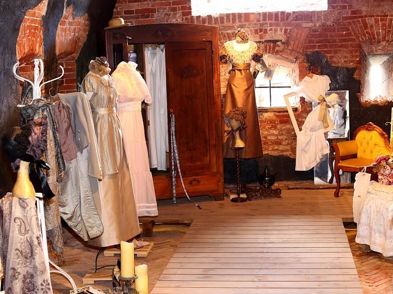 """Vēsturisko tērpu ekspozīcija """"Atmiņu lāde"""""""
