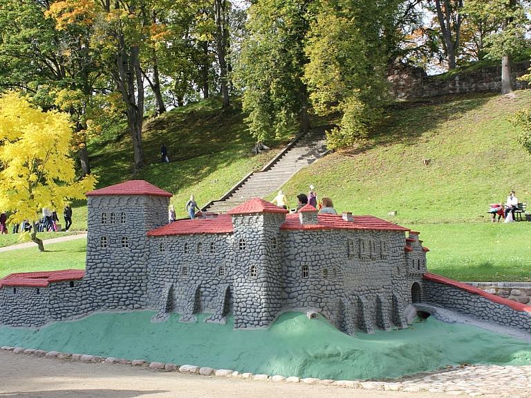 Kandavas Bruņinieku pilskalns, Livonijas ordeņa pilsdrupas, Pils tornis un bruņinieku pils makets