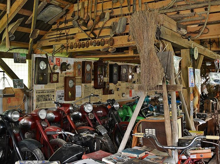 Retro motocikli un senie formastērpi