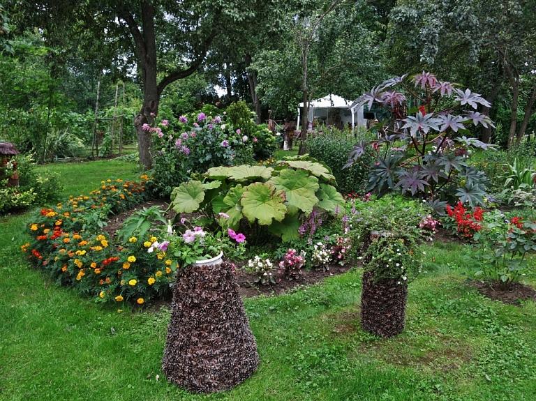 Cimdu un koka skulptūru dārzs