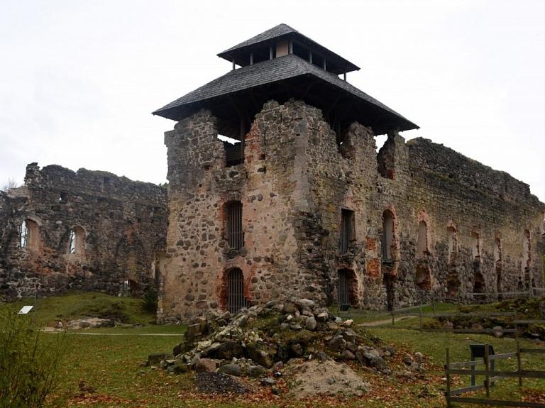 Raunas viduslaiku pilsdrupas un skatu tornis
