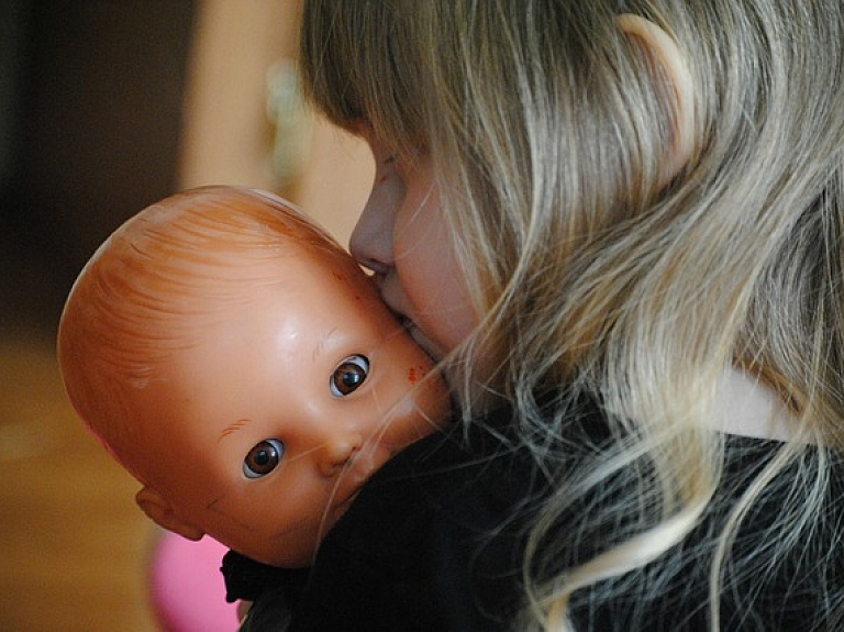 "PTAC no tirdzniecības atsauc lelli ""Cute Baby/Lovely Baby"" drošības neatbilstības dēļ"
