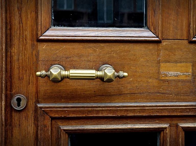 papildināta - Parādu dēļ izsolē pārdod valsts nozīmes arhitektūras pieminekļu sarakstā iekļauto Blankenfeldes muižu