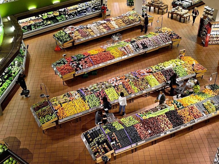 Covid-19 izplatības ierobežošanai lielākie tirgotāji gatavi ieviest papildu drošības pasākumus veikalos