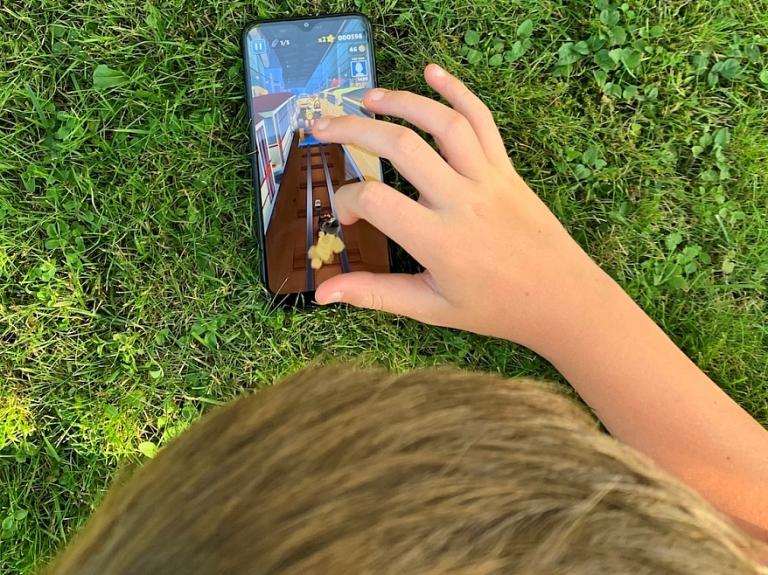 Ko patiesībā jaunieši vēlas no viedtālruņa? Skaidro paši jaunieši