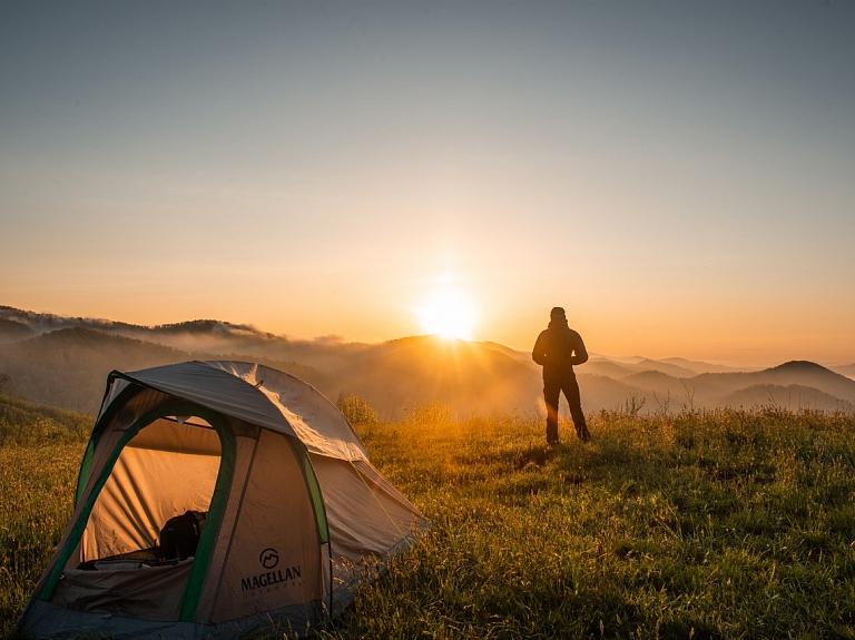Lai atpūtā pie dabas justos kā mājās: 10 lietas, kam noteikti jābūt līdzi atpūtā ar telti