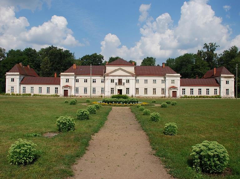 Varakļānu muižas pils – viena no pirmajām klasicisma stila celtnēm Latvijā