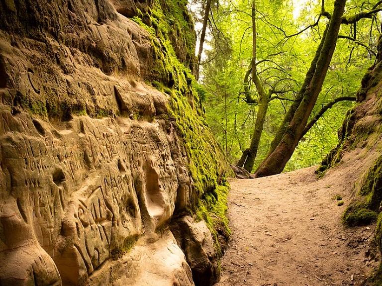 Viens no Gaujas nacionālā parka dārgumiem – iespaidīgās Līču-Laņģu klintis