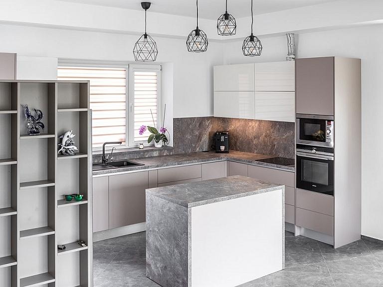 Kā iekārtot lielisku virtuvi dažos kvadrātmetros