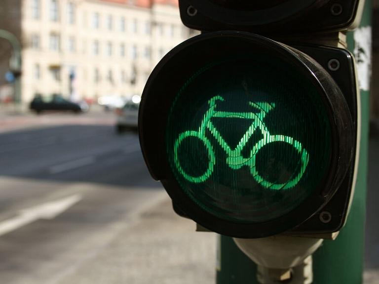 5 drošības nosacījumi, kas jāņem vērā, pārvietojoties ar velosipēdu pilsētvidē