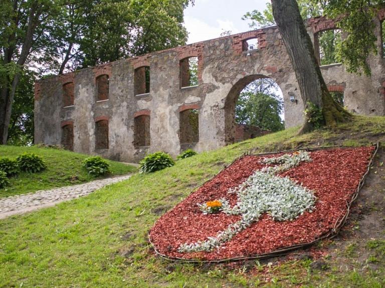 Grobiņas viduslaiku pils ar bastioniem