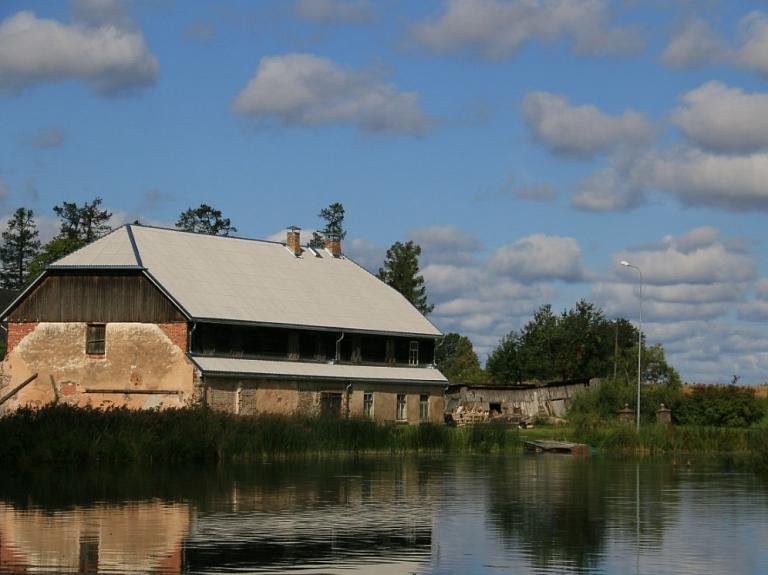 Ungurpils parks un ezers ar peldošajām salām