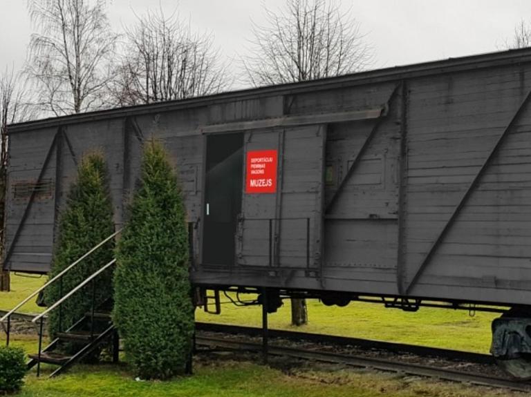 Skrundas dzelzceļa stacija – deportāciju piemiņas vagons