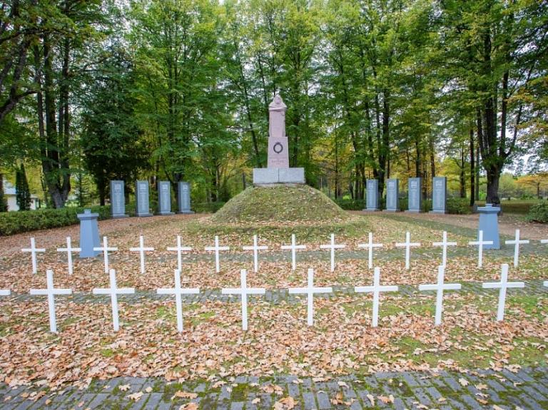 Senlatviešu karavīrs - piemineklis 1919. gada Brīvības cīņās kritušajiem