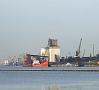 Foto: Pilseta24.lv|Rīgas ostā ienācis šogad lielākais kuģis, - tā garums ir 265 metri, platums 43 metri, maksimālā iegrime 14,8 metri un maksimālā kravnesība 114 000 tonnu.